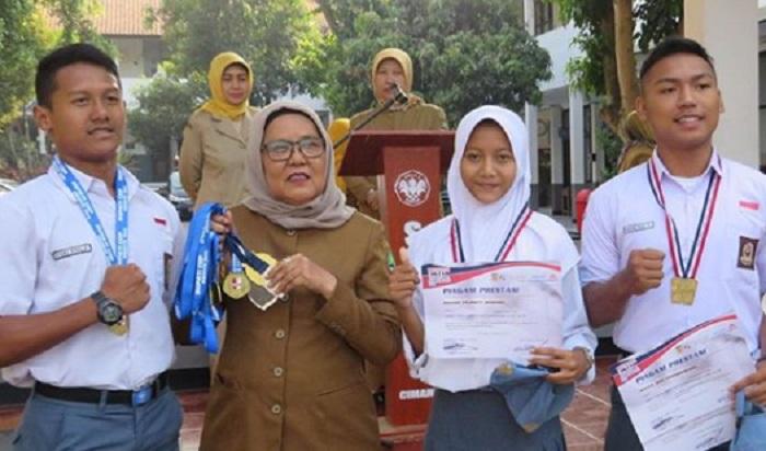 Rifki, Rona, Rosyada (X MIPA 7) sebagai Juara Umum pada kejuaraan renang Bupati Bogor Cup II 2019 dan juara 1 gaya kupu-kupu 50m di Brigif Cup 2019.